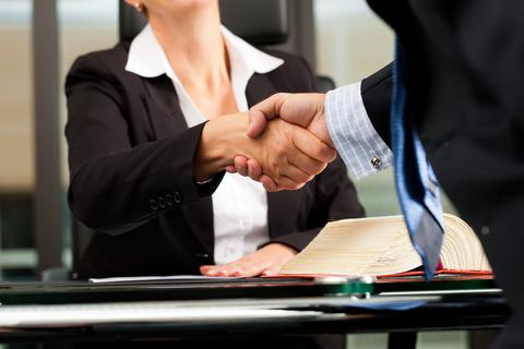עורך דין להליך שימוע - מאחורי תיקי נתניהו